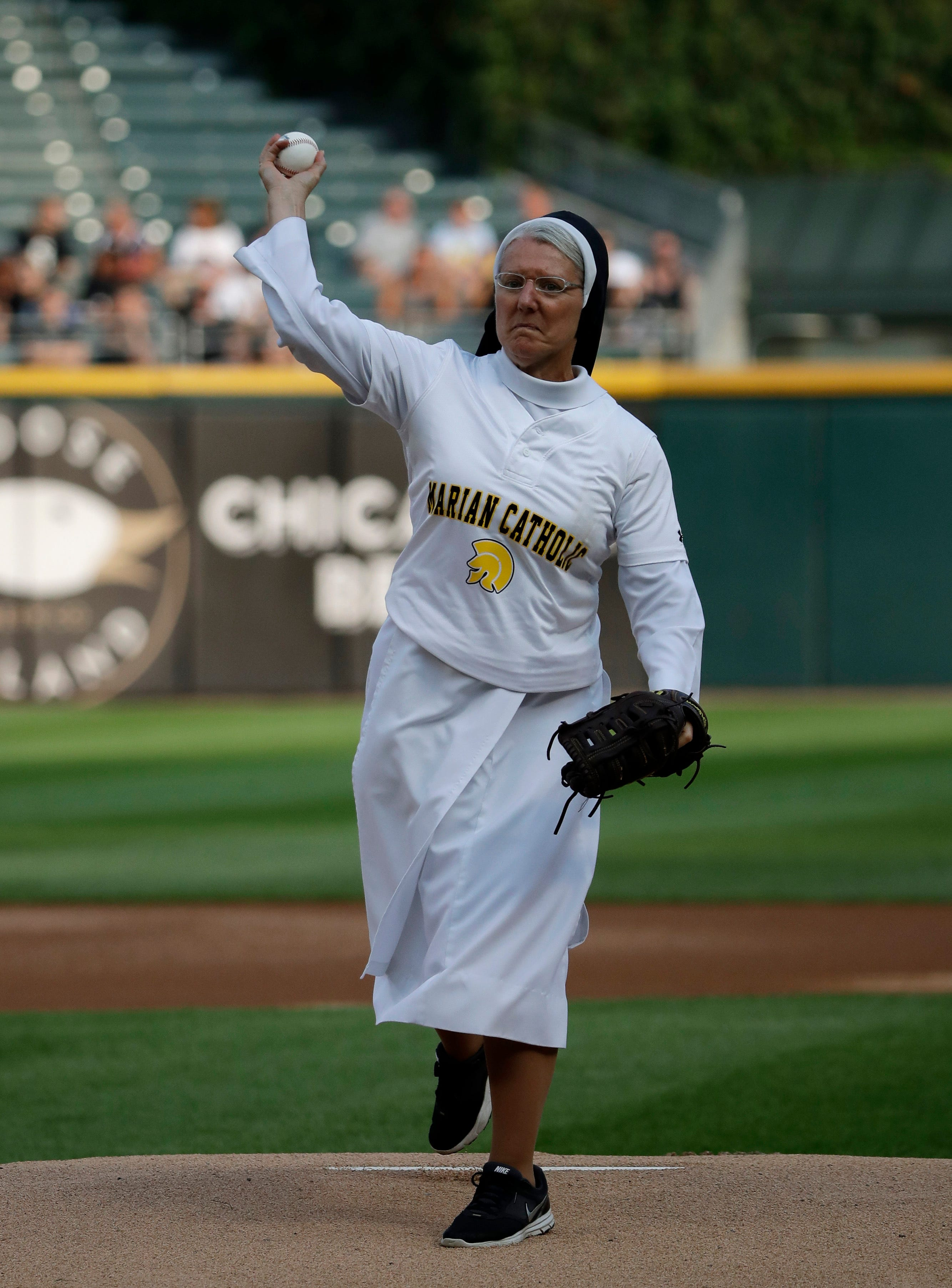 Sister Mary Jo Sobieck throws out perfect first pitch before White Sox game