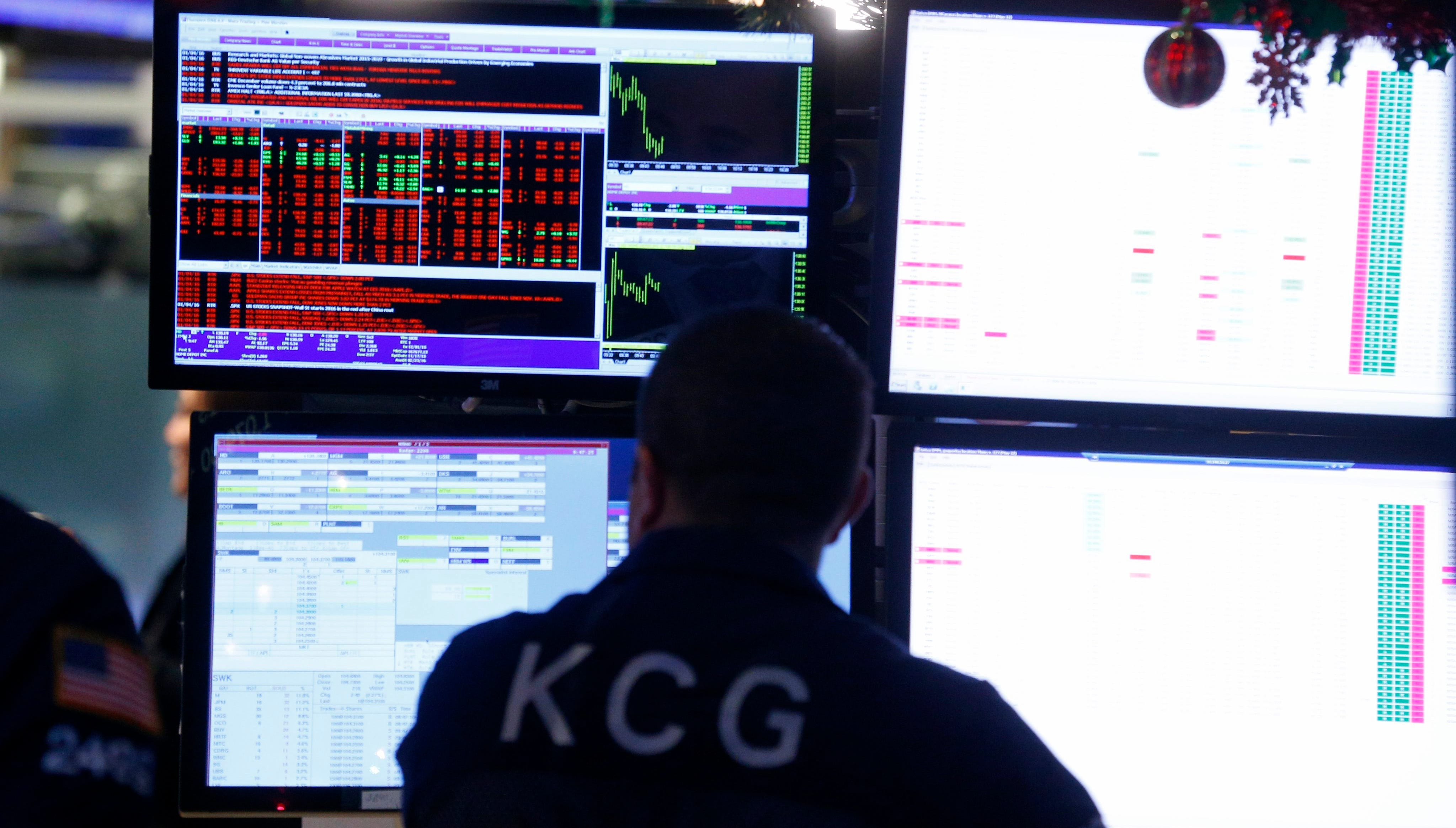epa05087784 A trader works on the floor of the New York Stock Exchange (NYSE) at the start of the trading day in New York, New York, USA, 04 January 2016. Shares in New York followed earlier falls in Asia and Europe, with the Dow Jones Industrial Average index losing 2.2 per cent in early trading.  EPA/ANDREW GOMBERT ORG XMIT: AGX05