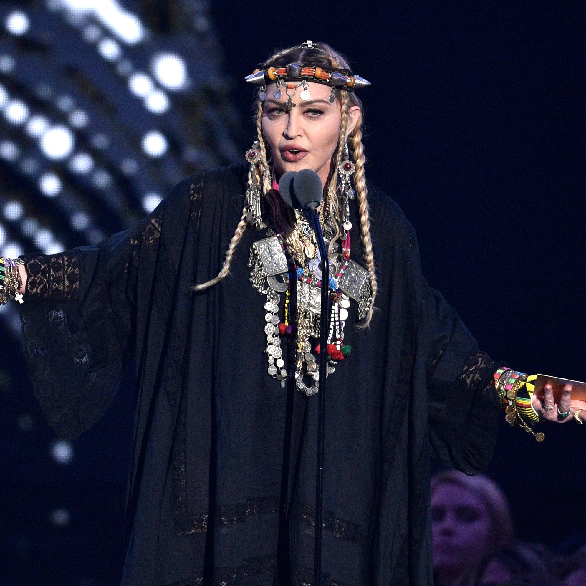 Madonna honors Aretha Franklin at VMAs