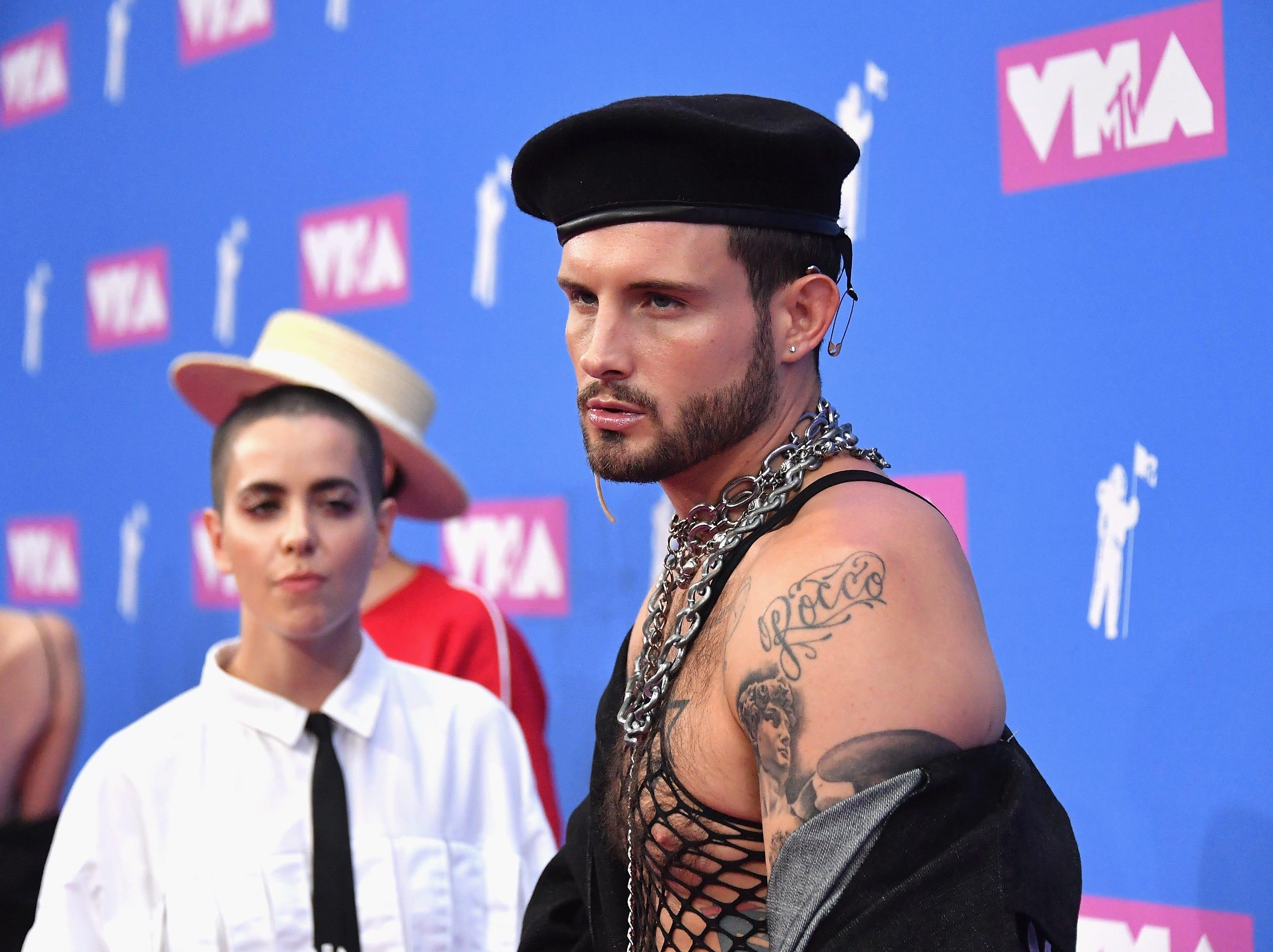 Nico Tortorella, Bethany C. Meyers asisten a los MTV Video Music Awards 2018 en el Radio City Music Hall el 20 de agosto de 2018 en la ciudad de Nueva York.