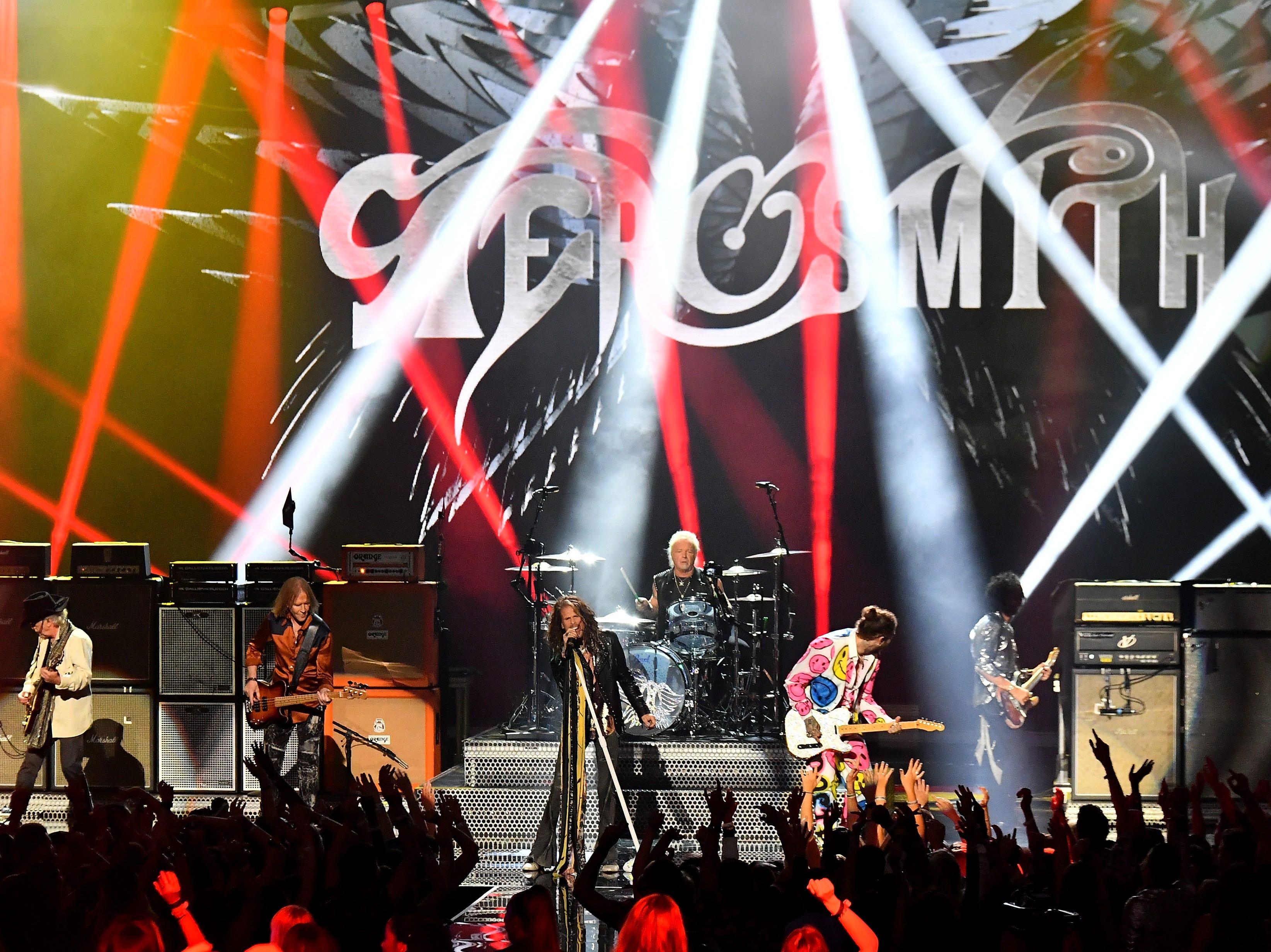 Aerosmith y Post Malone (der) actúan en el escenario durante los MTV Video Music Awards 2018 en el Radio City Music Hall el 20 de agosto de 2018 en la ciudad de Nueva York.
