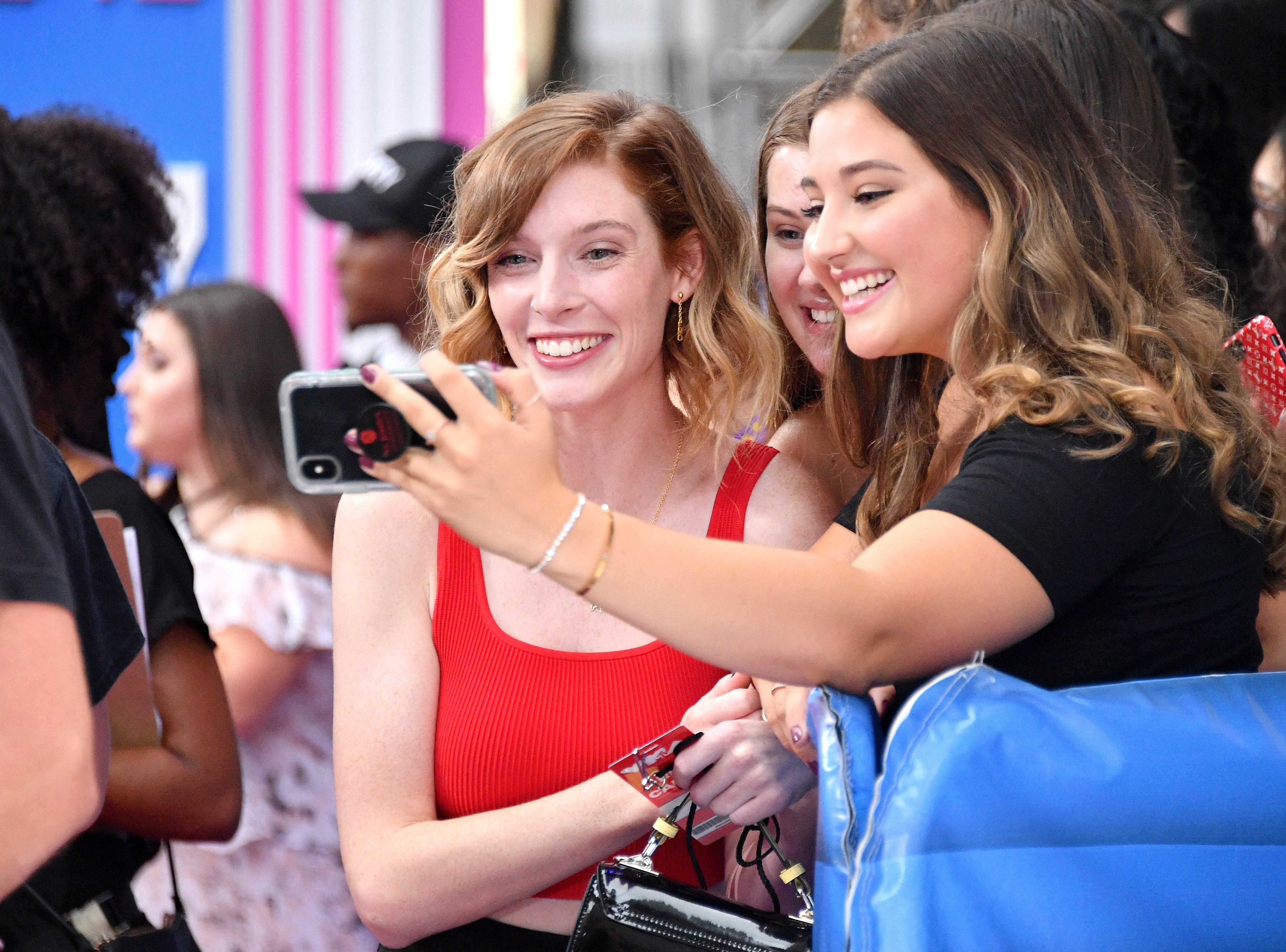 Erin Gilfoy (izq) posa con un admirador en los MTV Video Music Awards 2018 en el Radio City Music Hall el 20 de agosto de 2018 en la ciudad de Nueva York.