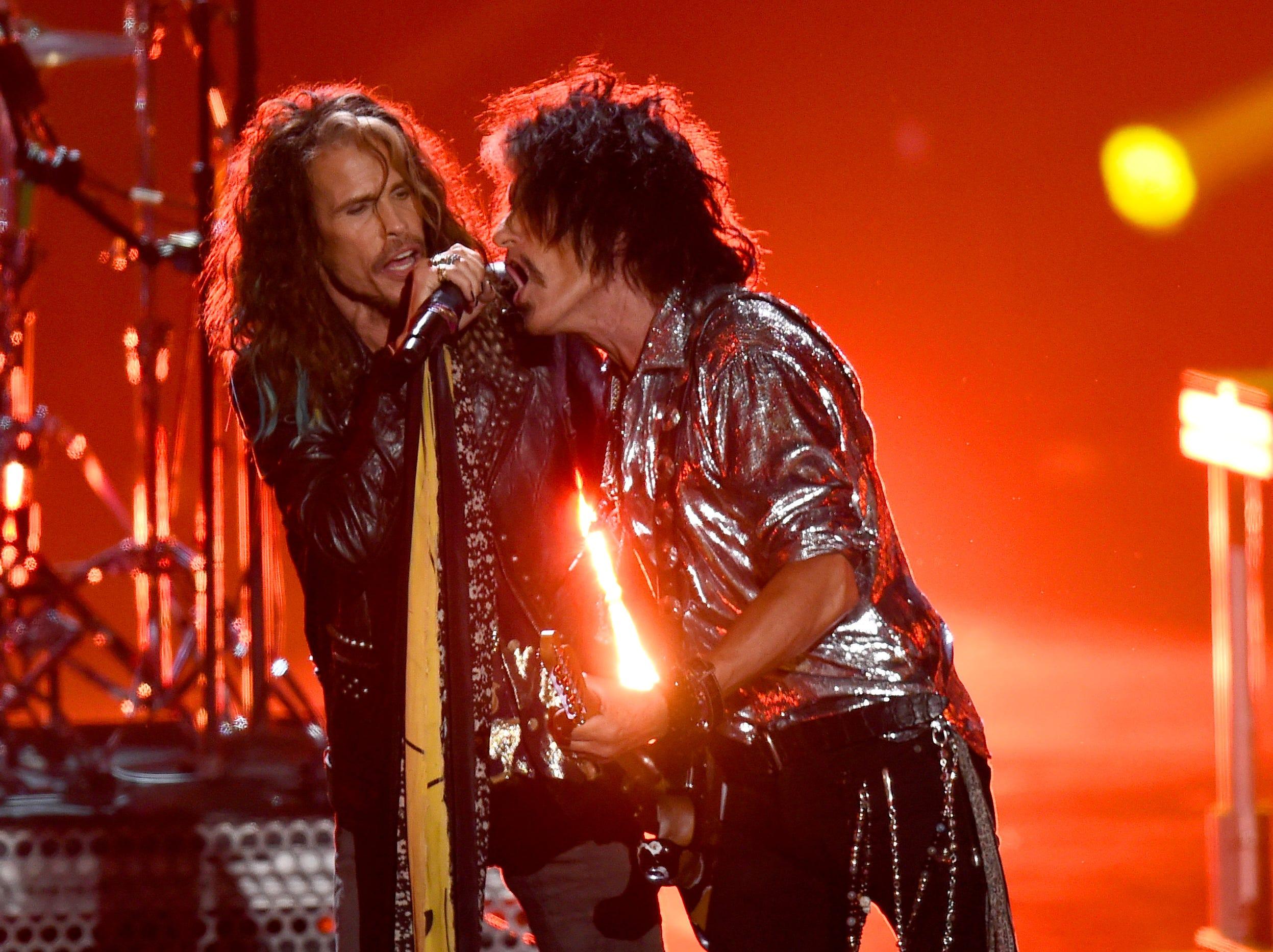 Steven Tyler y Joe Perry de Aerosmith se presentan en el escenario con Post Malone durante los MTV Video Music Awards 2018 en el Radio City Music Hall el 20 de agosto de 2018 en la ciudad de Nueva York.