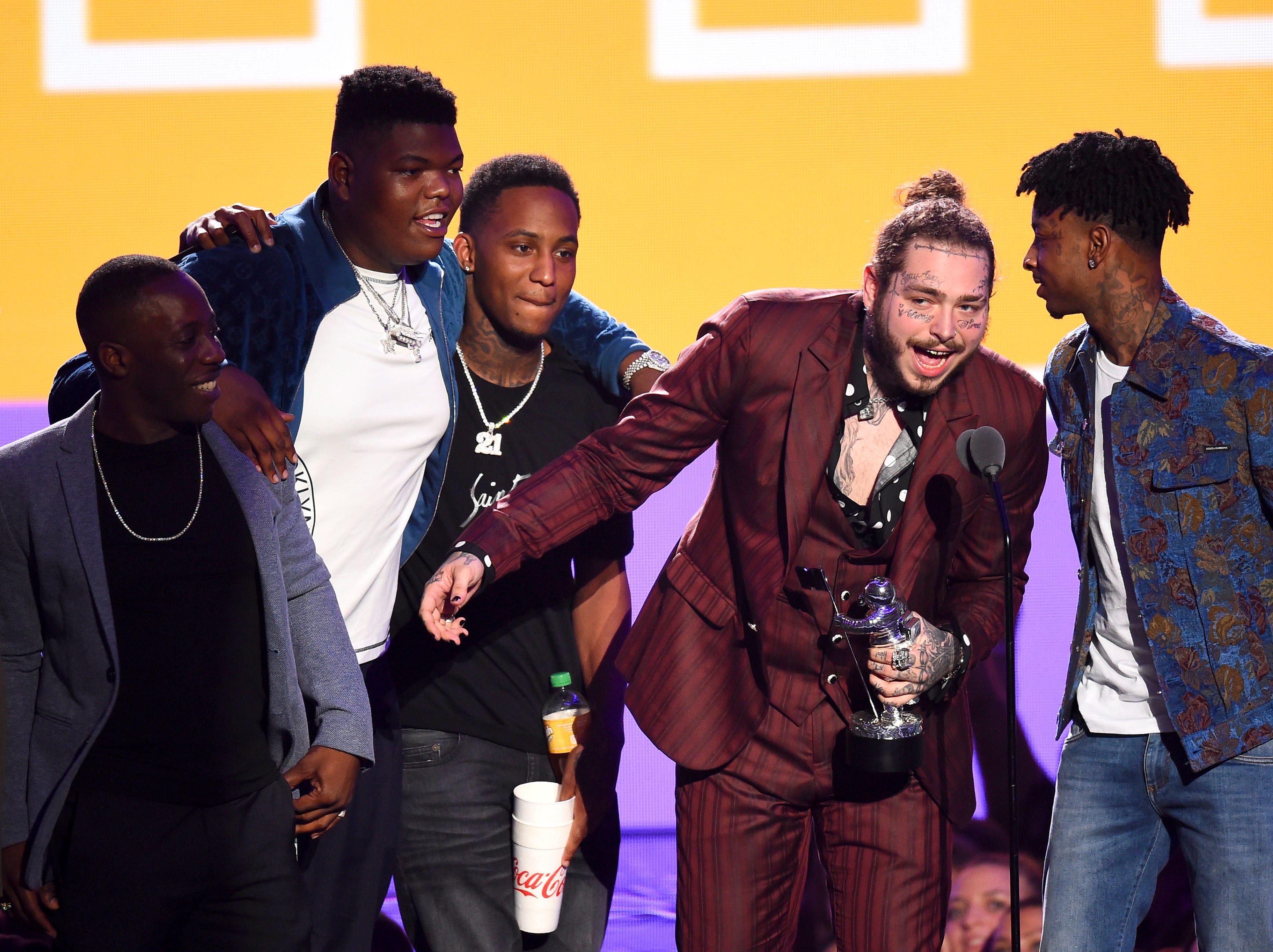Post Malone, ganador del premio a la Canción del Año, y 21 Savage hablan en el escenario durante los MTV Video Music Awards 2018 en el Radio City Music Hall el 20 de agosto de 2018 en la ciudad de Nueva York.