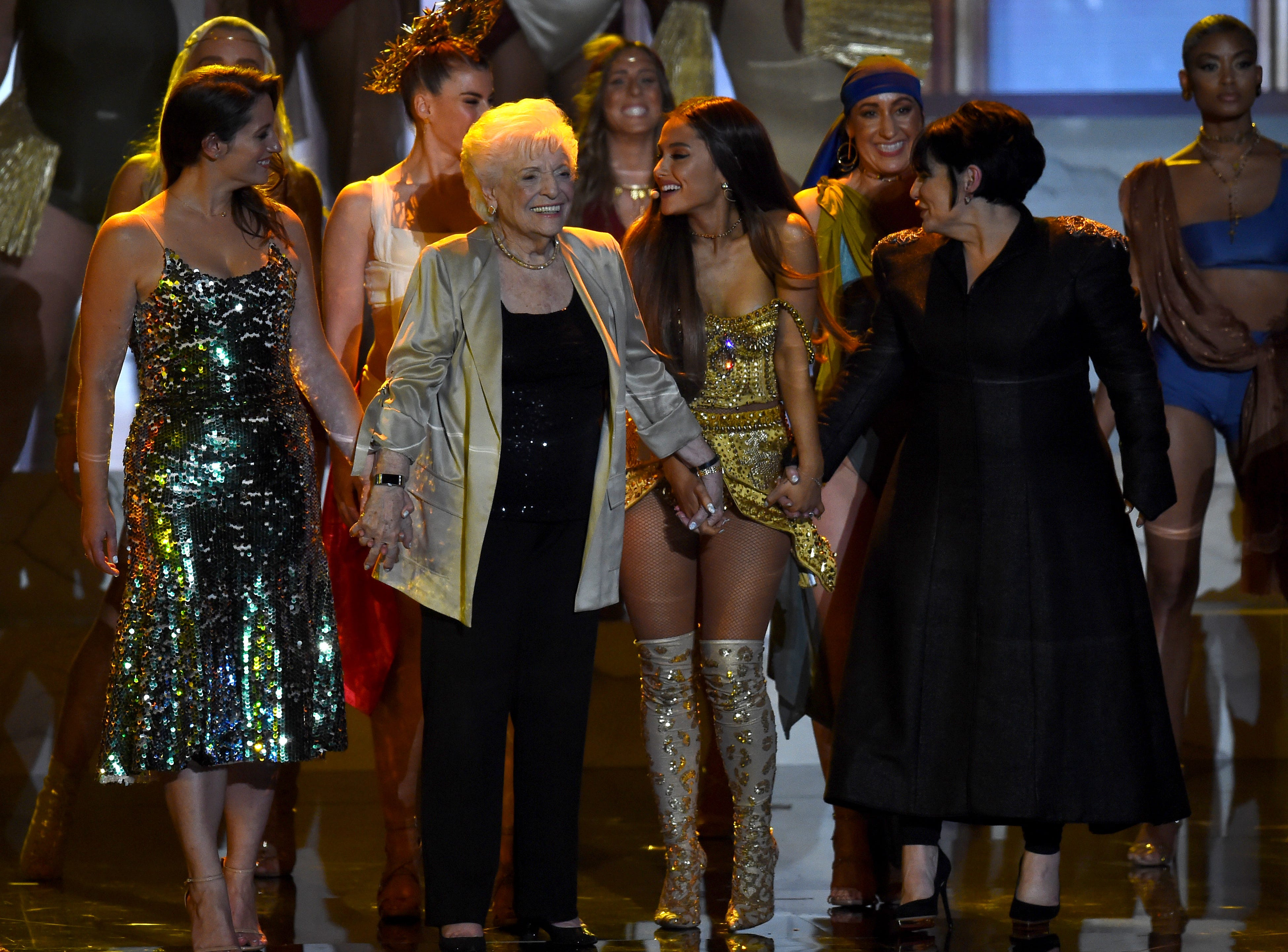 (De izq a der) Lani Grande, Marjorie Grande, Ariana Grande y Joan Grande se presentan en el escenario durante los MTV Video Music Awards 2018 en el Radio City Music Hall el 20 de agosto de 2018 en la ciudad de Nueva York.