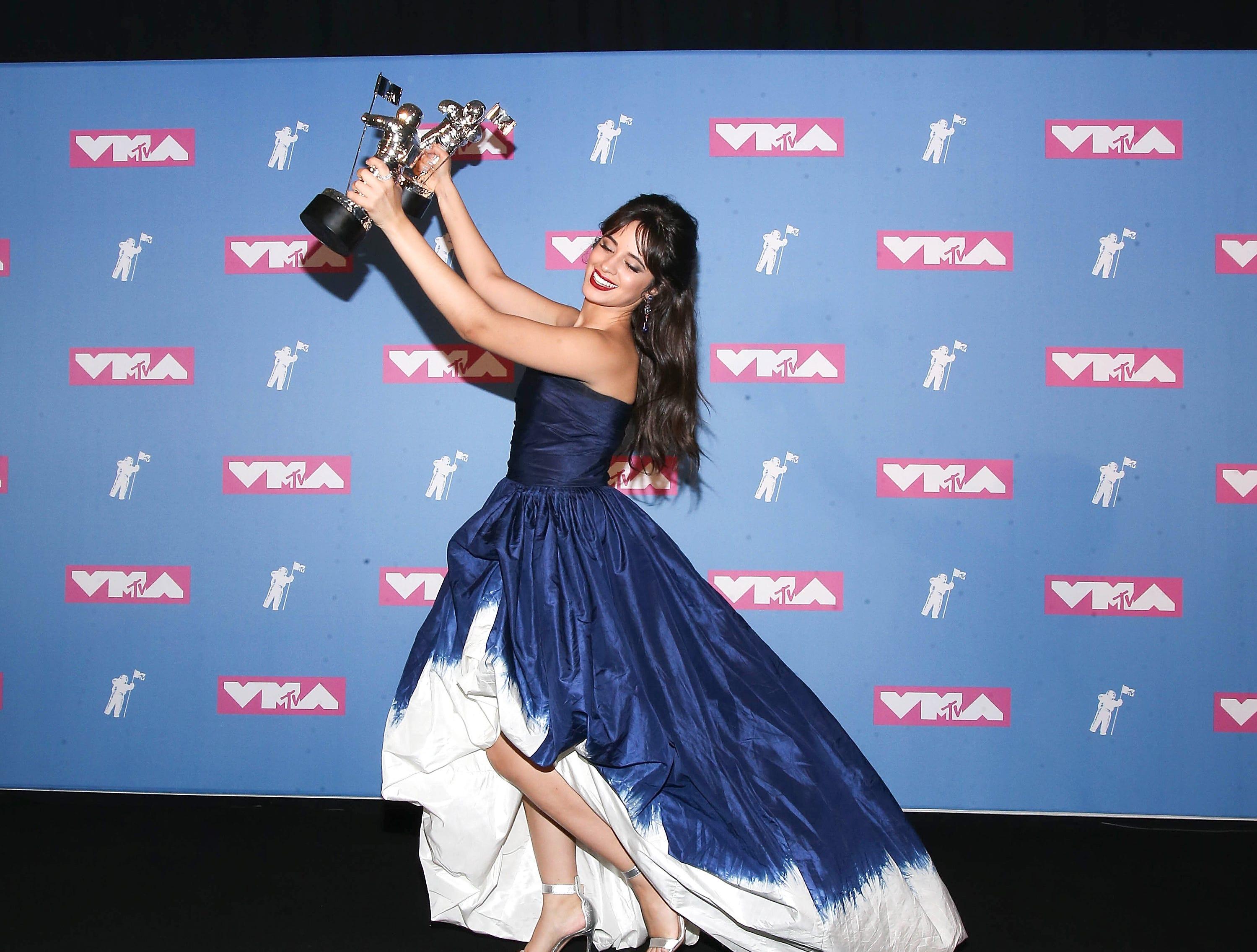 La cantante y compositora Camila Cabello con sus 2 premios al Video del Año y Artista del Año en la sala de prensa de los MTV Video Music Awards 2018 en el Radio City Music Hall el 20 de agosto de 2018 en la ciudad de Nueva York.