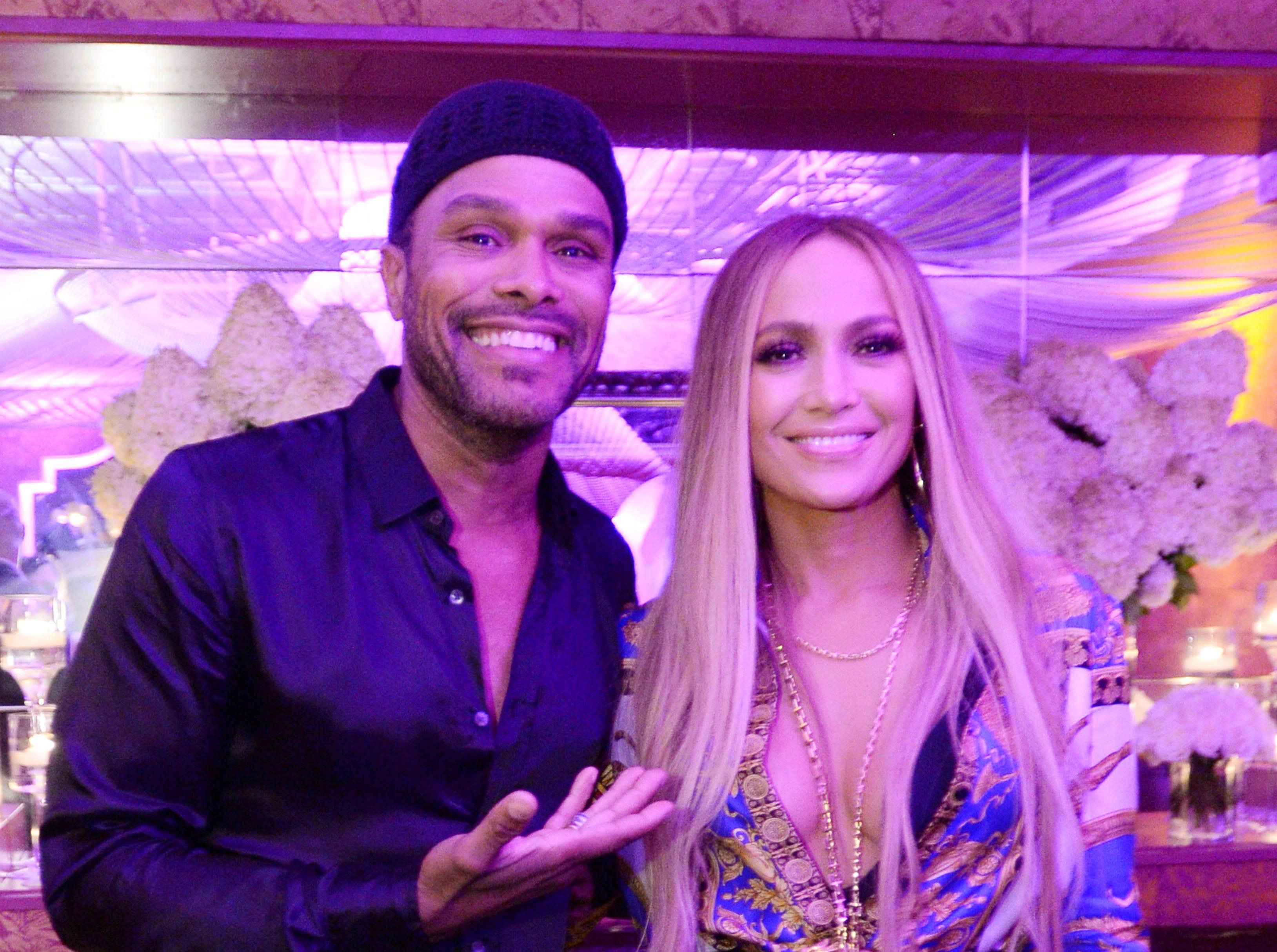 Maxwell y Jennifer Lopez asisten a la celebración de Atlantic Records por los VMA de 2018 el 20 de agosto de 2018 en TAO Downtown en la ciudad de Nueva York.