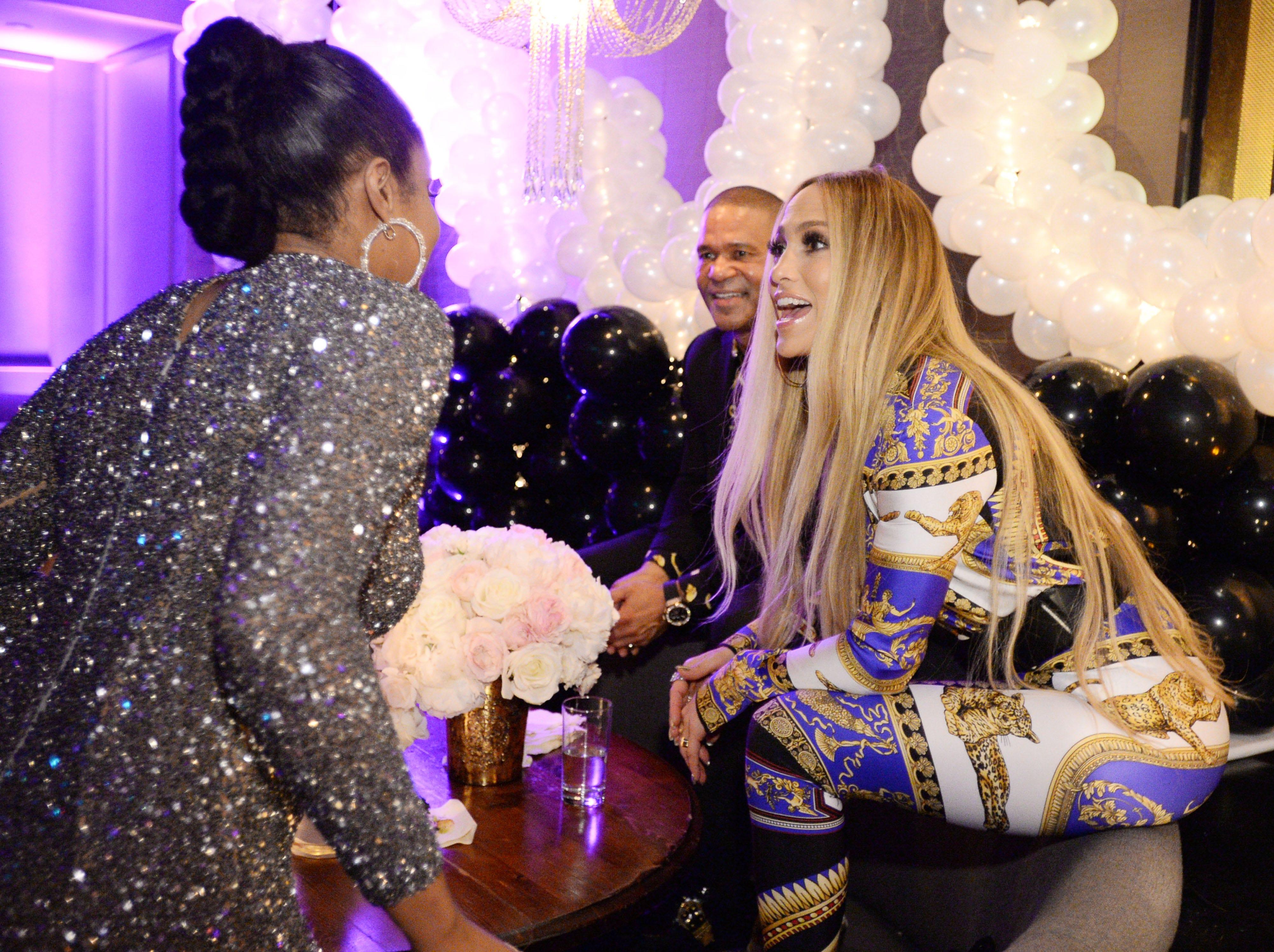 Tiffany Haddish, Benny Medina y Jennifer Lopez en la celebración de Atlantic Records por los VMA de 2018 el 20 de agosto de 2018 en TAO Downtown en la ciudad de Nueva York.