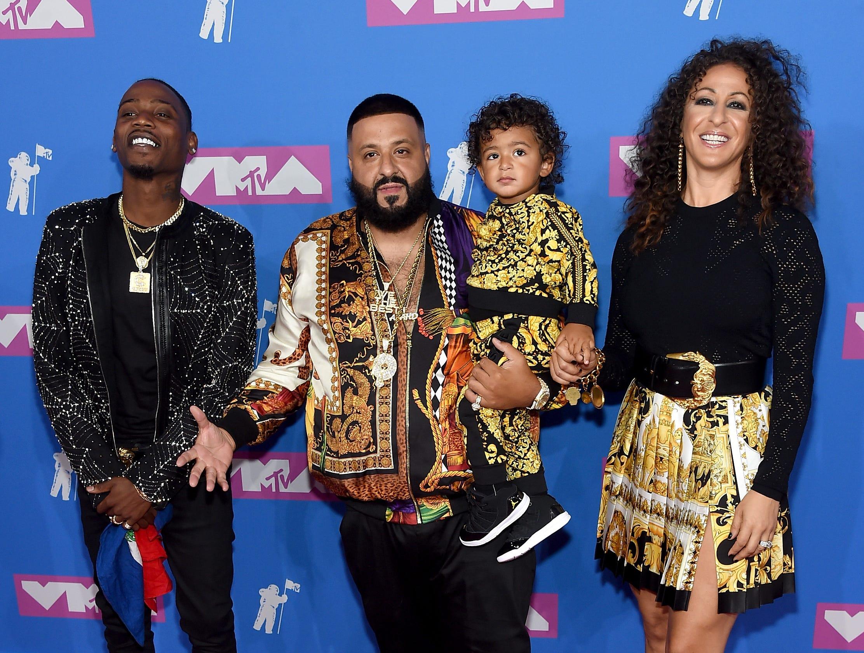 DJ Khaled (Center Left) , Asahd Khaled y Nicole Tuck asisten a los MTV Video Music Awards 2018 en el Radio City Music Hall el 20 de agosto de 2018 en la ciudad de Nueva York.