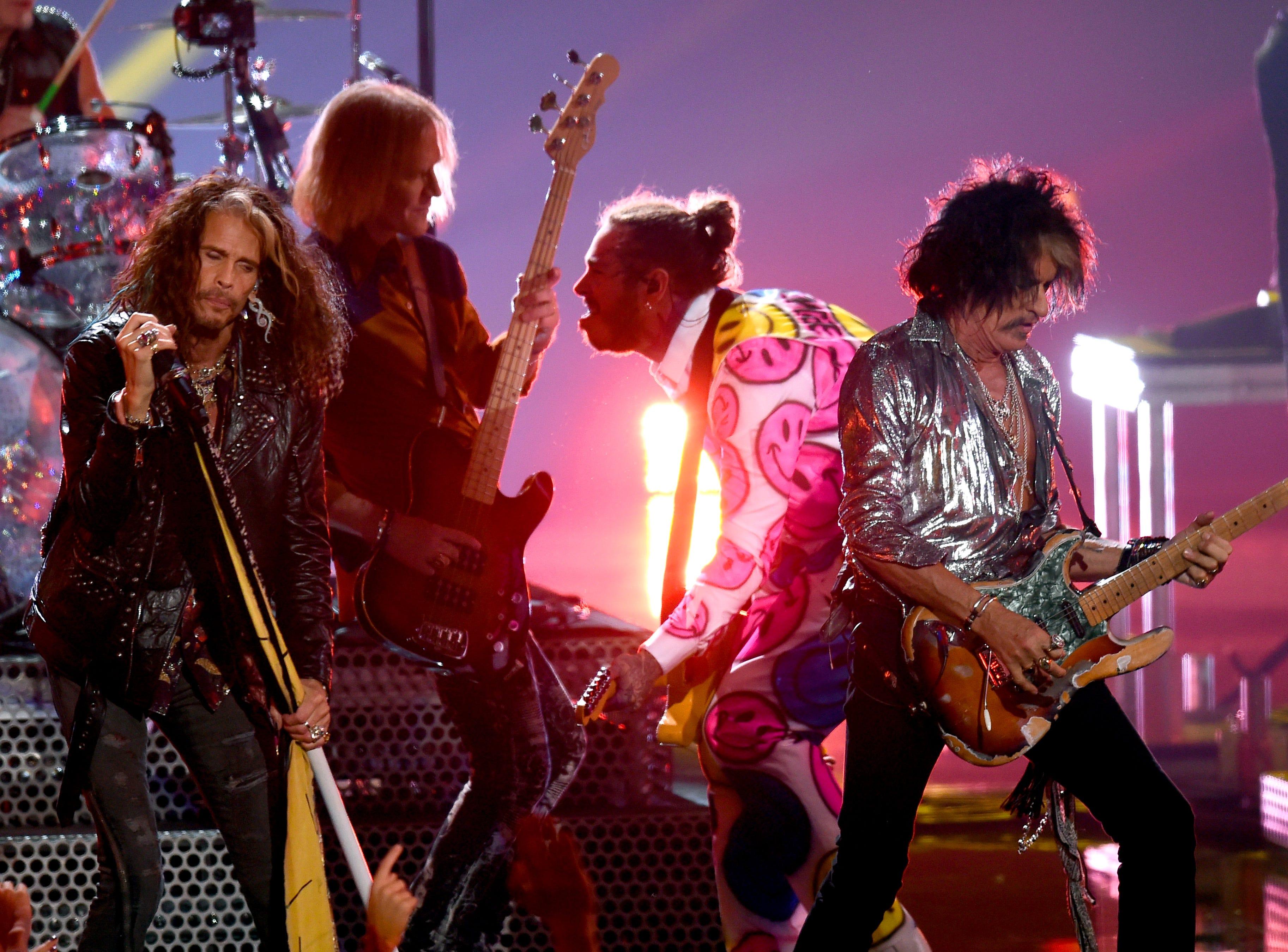 Steven Tyler, Post Malone y Joe Perry de Aerosmith se presentan en el escenario con Post Malone durante los MTV Video Music Awards 2018 en Radio City Music Hall el 20 de agosto de 2018 en la ciudad de Nueva York.