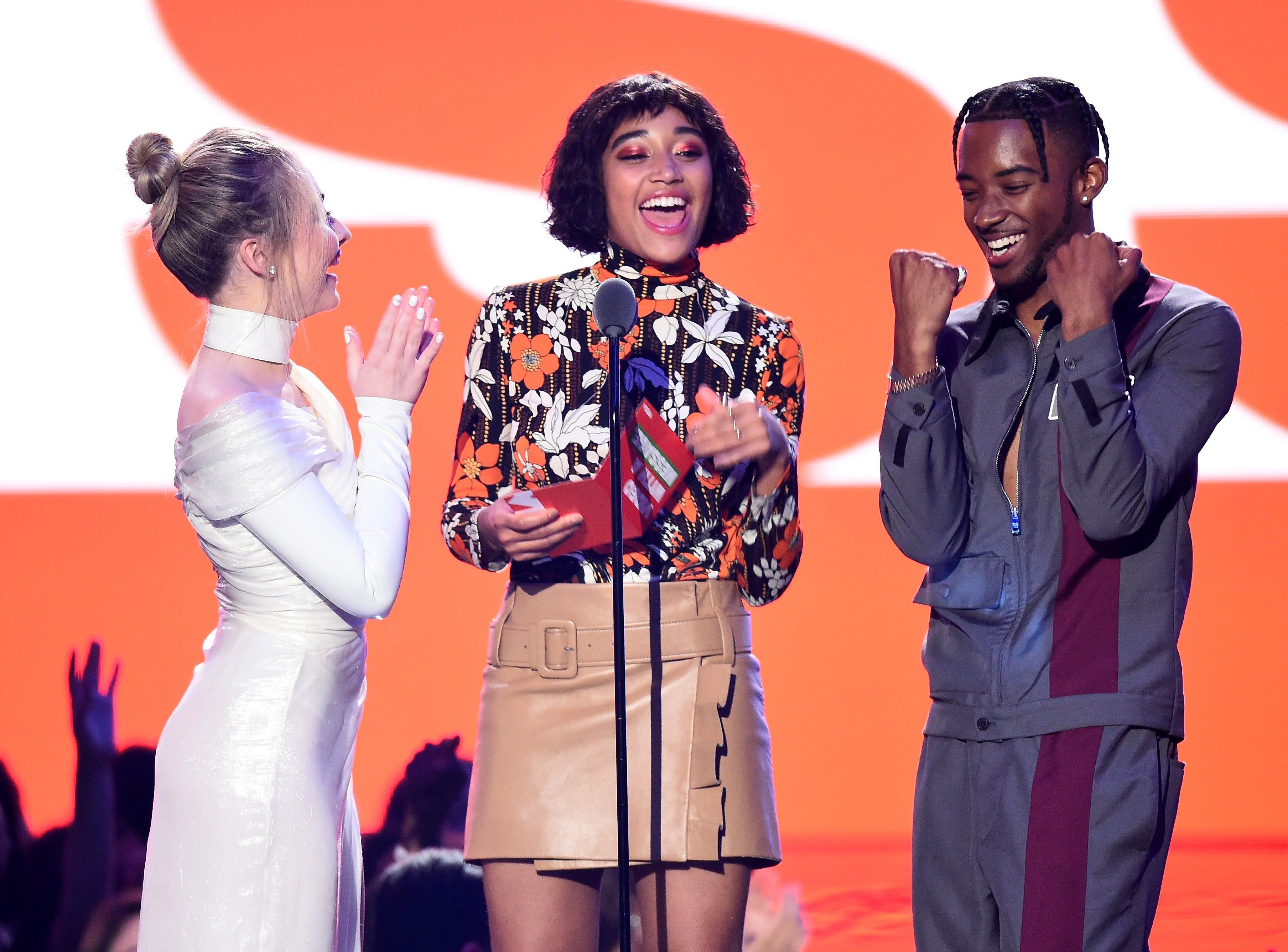 Sabrina Carpenter, Amandla Stenberg y Algee Smith hablan en el escenario durante los MTV Video Music Awards de 2018 en el Radio City Music Hall el 20 de agosto de 2018 en la ciudad de Nueva York.
