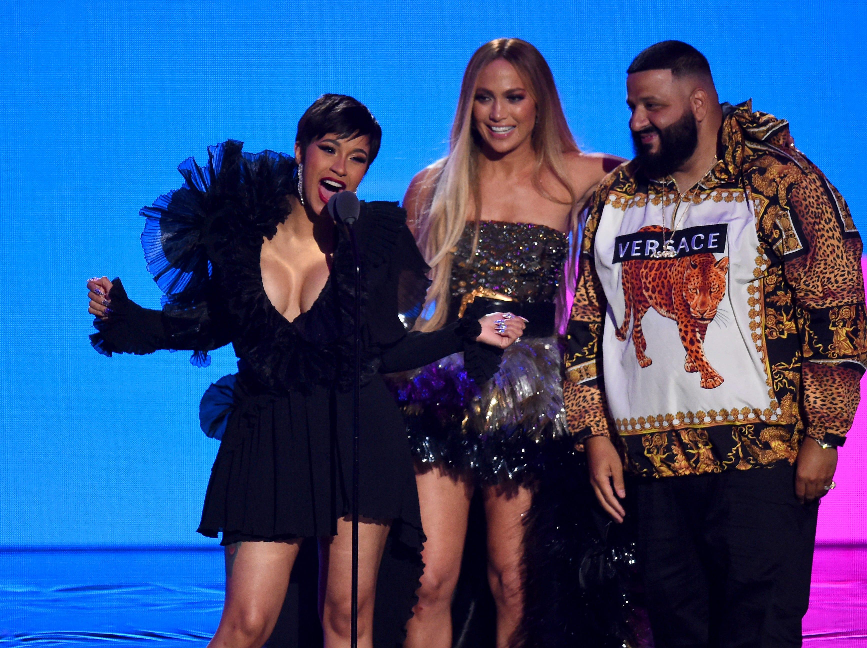 Cardi B, Jennifer Lopez y DJ Khaled aceptan el premio a la Mejor colaboración en el escenario durante los MTV Video Music Awards de 2018 en el Radio City Music Hall el 20 de agosto de 2018 en la ciudad de Nueva York.