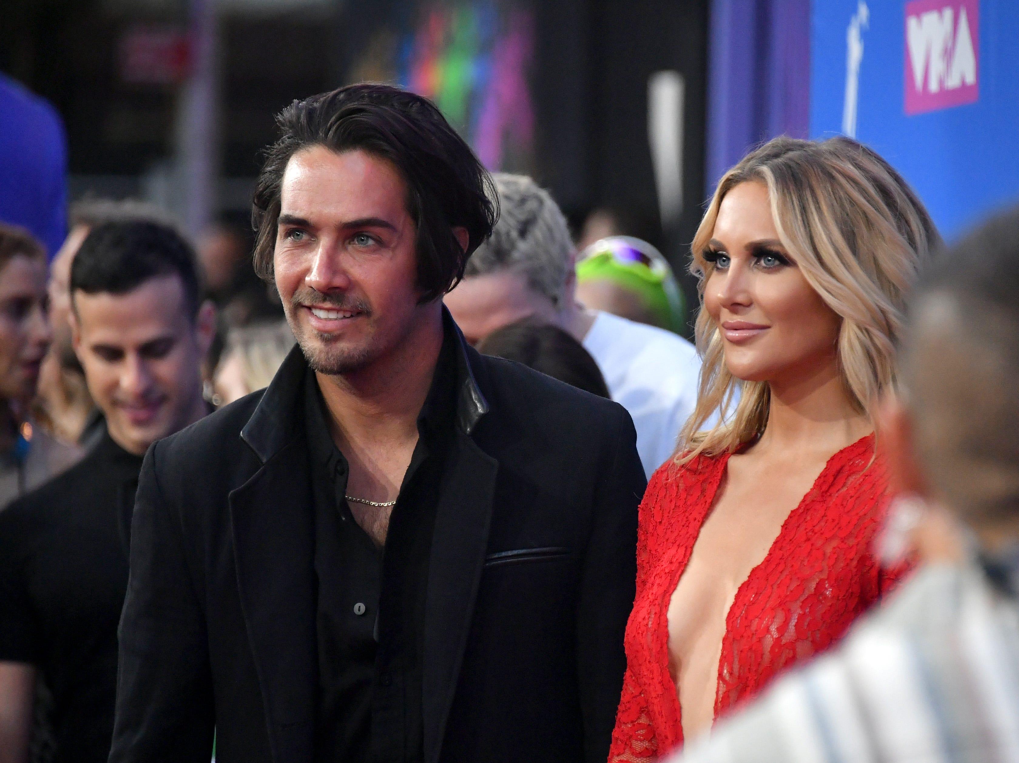 Justin Bobby Brescia y Stephanie Pratt asiste a los MTV Video Music Awards 2018 en el Radio City Music Hall el 20 de agosto de 2018 en la ciudad de Nueva York.