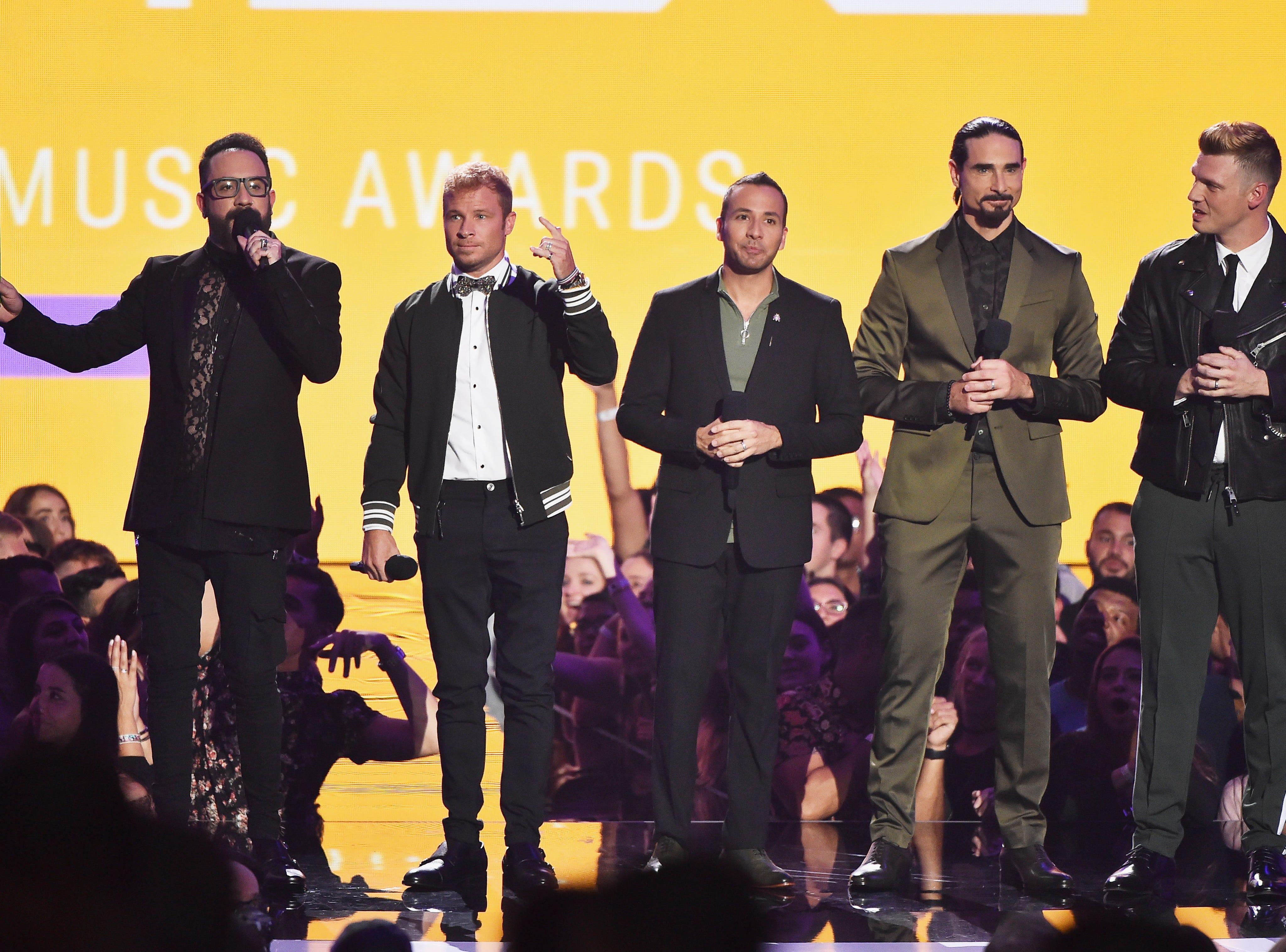 (De izq a der) AJ McClean, Brian Littrell, Howie Dorough, Kevin Richardson y Nick Carter de los Backstreet Boys hablan en el escenario durante los MTV Video Music Awards de 2018 en el Radio City Music Hall el 20 de agosto de 2018 en la ciudad de Nueva York.