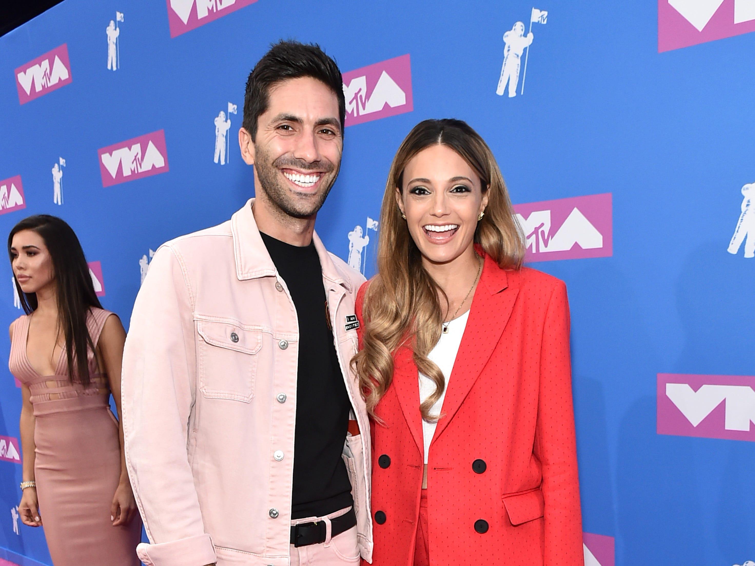 Nev Schulman y Laura Perlongo asisten a los MTV Video Music Awards 2018 en el Radio City Music Hall el 20 de agosto de 2018 en la ciudad de Nueva York.