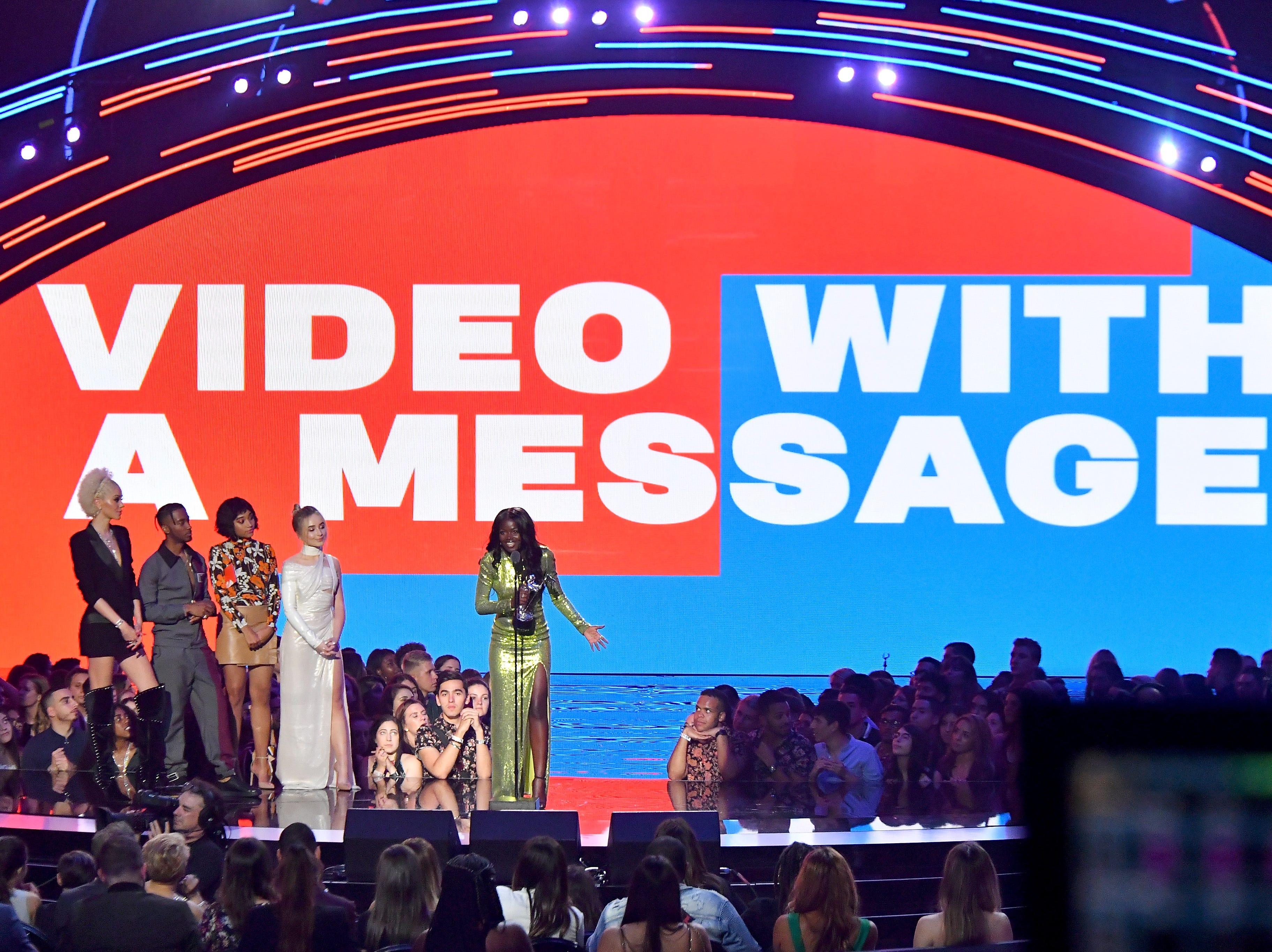 Algee Smith, Amandla Stenberg y Sabrina Carpenter presentan el premio por video con un mensaje a Sherrie Silver que acepta el premio en representación de Childish Gambino en el escenario durante los MTV Video Music Awards de 2018 en el Radio City Music Hall el 20 de agosto de 2018 en Nueva York Ciudad.