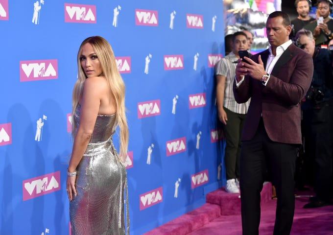 Alex Rodriguez (der) fotografía a Jennifer Lopez cuando llegan a los MTV Video Music Awards en el Radio City Music Hall el lunes 20 de agosto de 2018 en Nueva York.
