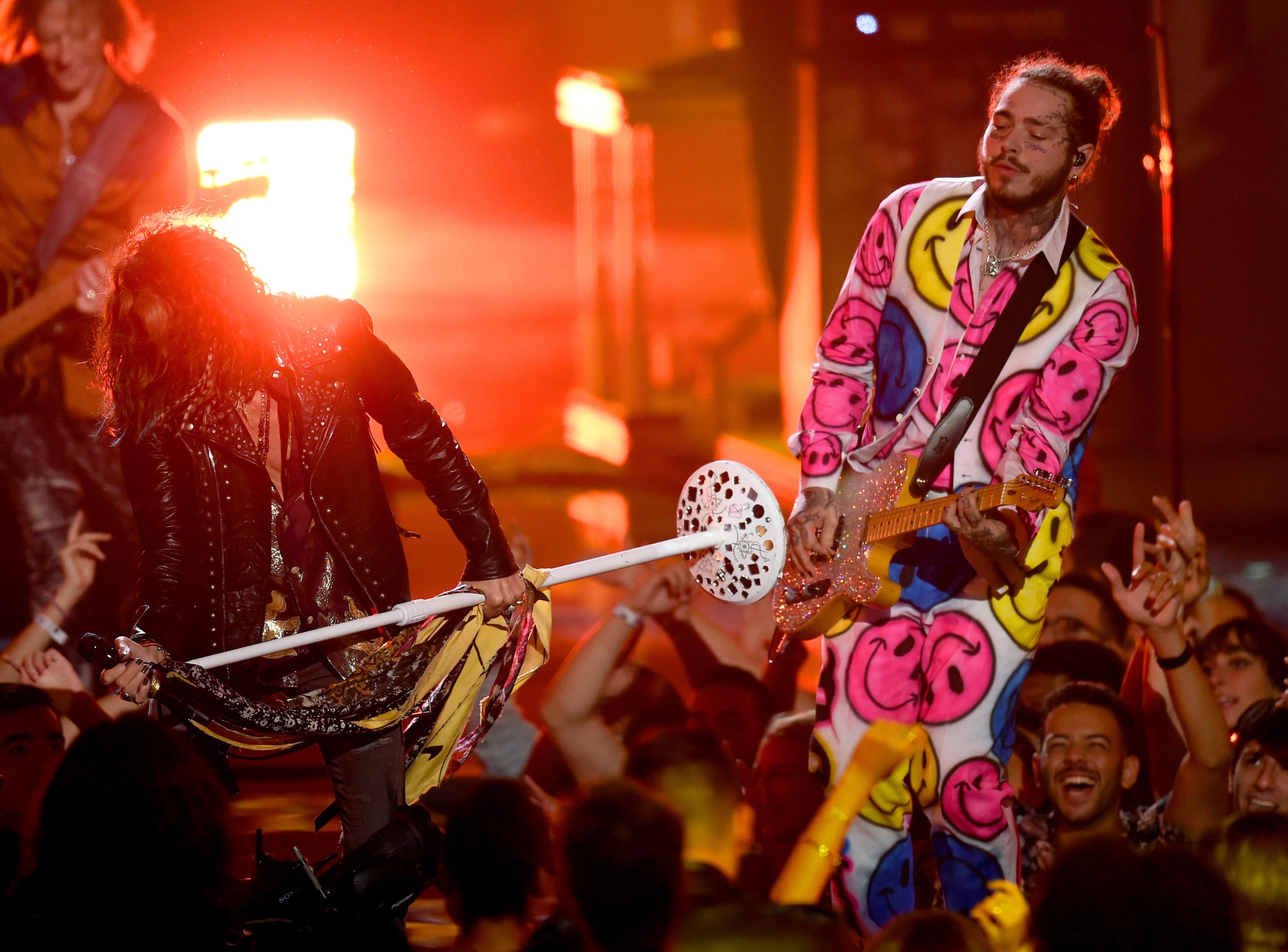 Steven Tyler de Aerosmith y Post Malone actuarán en el escenario durante los MTV Video Music Awards de 2018 en el Radio City Music Hall el 20 de agosto de 2018 en la ciudad de Nueva York.