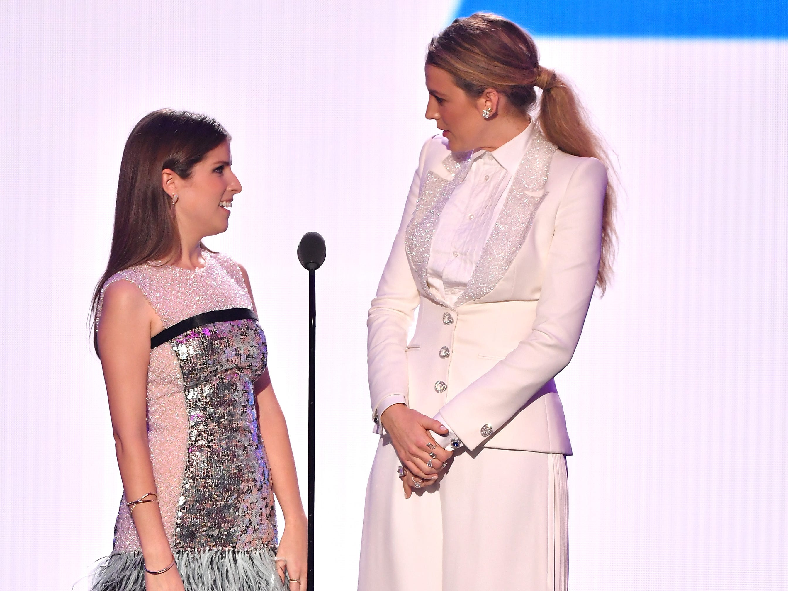 NEW YORK, NY - AUGUST 20:  Anna Kendrick and Blake Lively speak onstage during the 2018 MTV Video Music Awards at Radio City Music Hall on August 20, 2018 in New York City.  (Photo by Michael Loccisano/Getty Images for MTV) ORG XMIT: 775210297 ORIG FILE ID: 1020326098