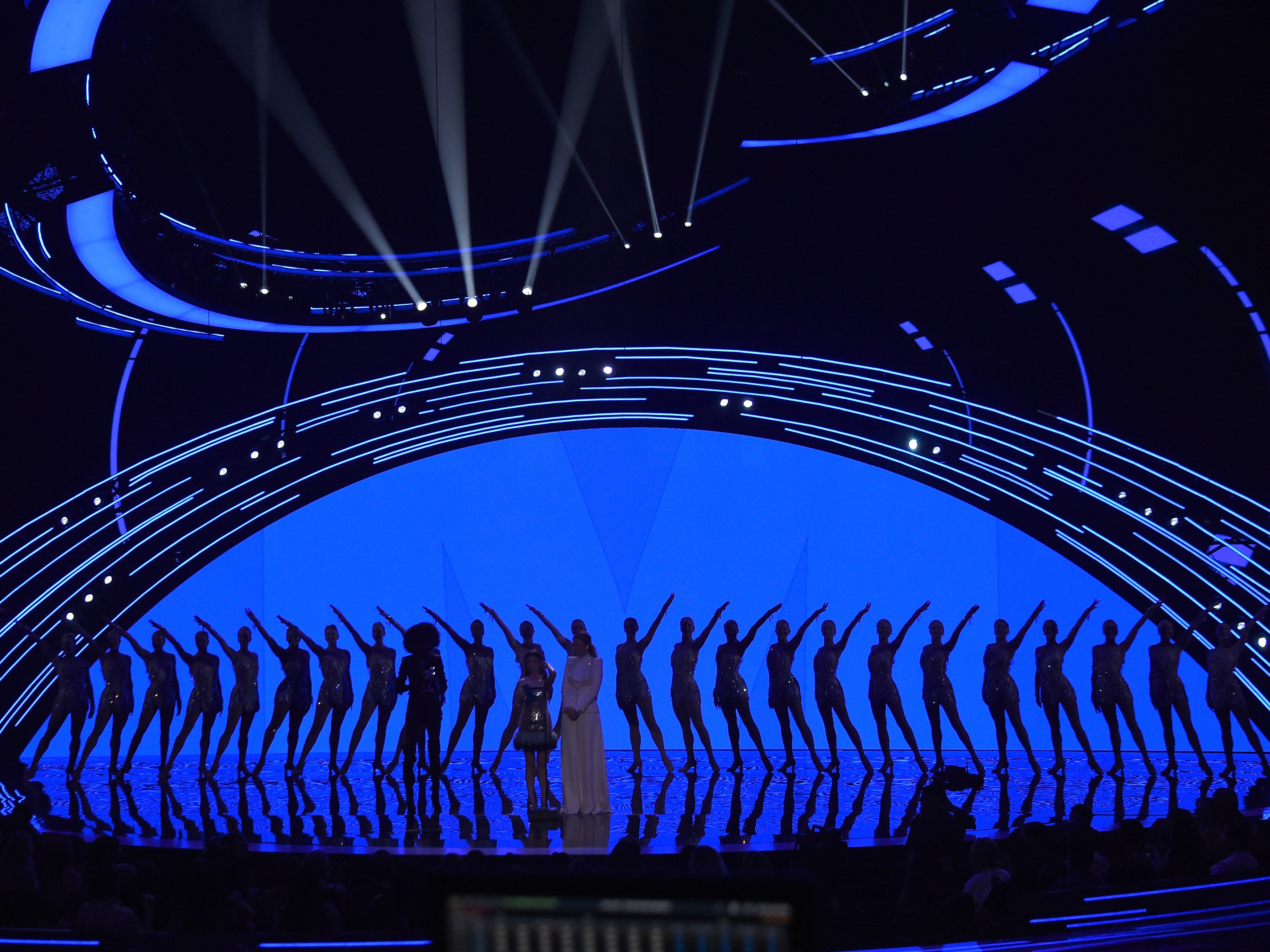 NEW YORK, NY - AUGUST 20:  Anna Kendrick, Blake Lively, and The Rockettes perform onstage during the 2018 MTV Video Music Awards at Radio City Music Hall on August 20, 2018 in New York City.  (Photo by Michael Loccisano/Getty Images for MTV) ORG XMIT: 775210297 ORIG FILE ID: 1020326948