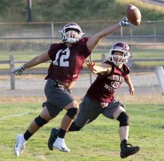 South Kitsap's Darin Amian reaches out for a pass that is thrown beyond his grasp.