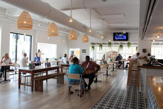 The interior of Aplόs is filled with light, making it an appealing place dine.