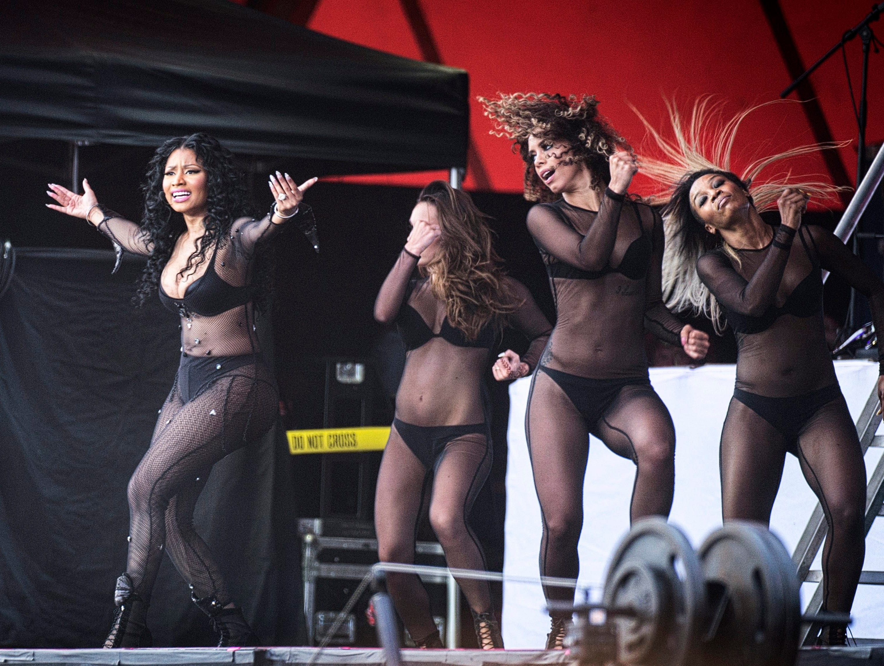 epa04831471 US singer Nicki Minaj (L) performs at the annual Roskilde Festival, in Roskilde, Denmark, 04 July 2015. The music festival will take place from 27 June to 04 July.  EPA/David Leth Williams DENMARK OUT ORG XMIT: COP009
