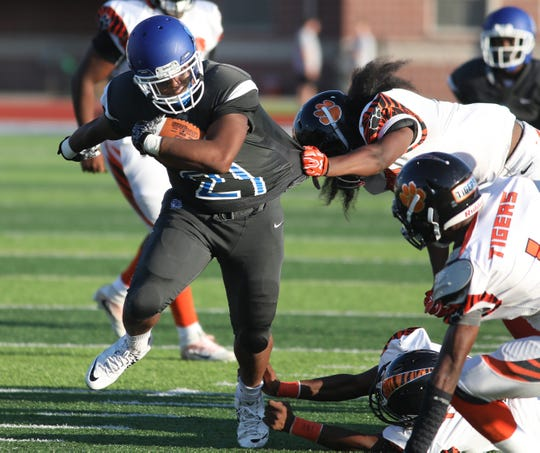 Woodward's Denarius McKenzie runs the ball during the Bulldogs win over Withrow, Wednesday, Aug. 22,2018.