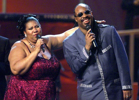 """Singers Aretha Franklin and Stevie Wonder perform together during the finale of VH1's """"Divas Live: The One and Only Aretha Franklin"""" a live televised concert at New York's Radio City Music Hall, April 10, 2001.     NYK19D"""