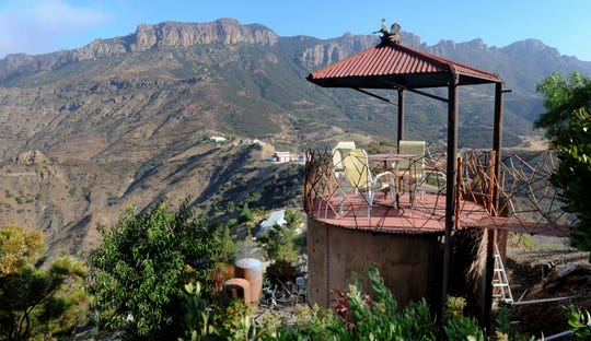 Rick Mecagni's circular house has 360-degree views of the Santa Monica Mountains.