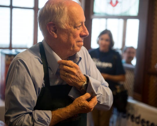Tennessee senatorial candidate Phil Bredesen rolls up his sleeves before serving chili during a campaign stop Applewood Farmhouse Restaurant in Sevierville on Tuesday, August 21, 2018.
