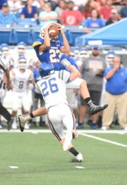 Mountain Home's James Swartz makes a leaping catch against Sheridan.