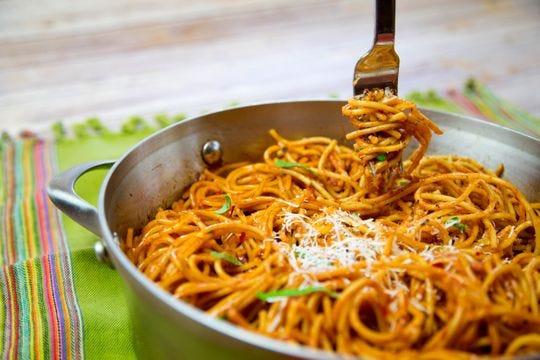 El chef Robin Miller destaca cinco mitos culinarios. Espagueti Skillet en salsa de vodka rosa.