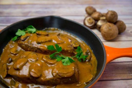 El chef Robin Miller destaca cinco mitos culinarios. Filete sellado con salsa de champiñones.