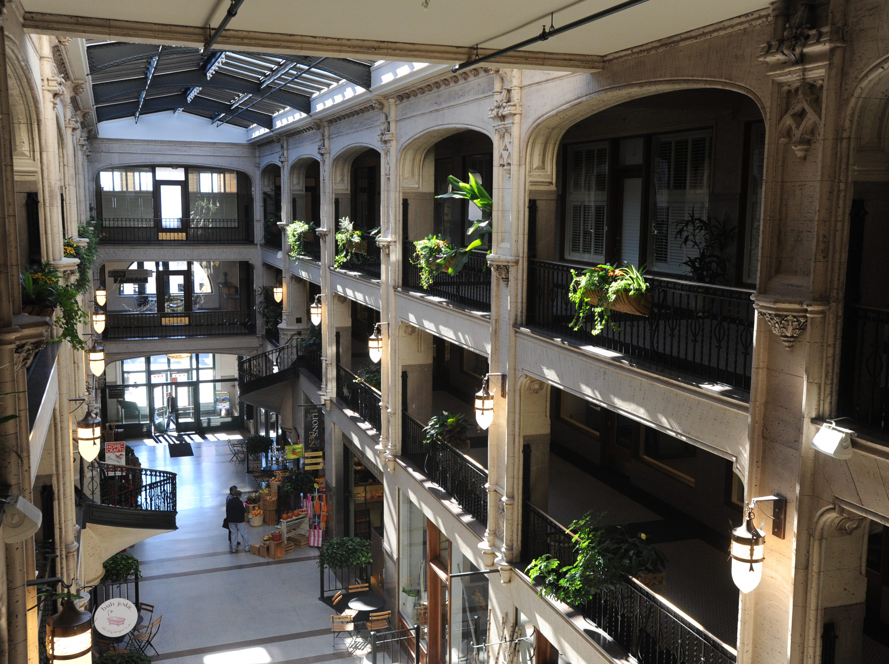 Plants can be found throughout the arcade, sometimes worked in as part of the architecture.