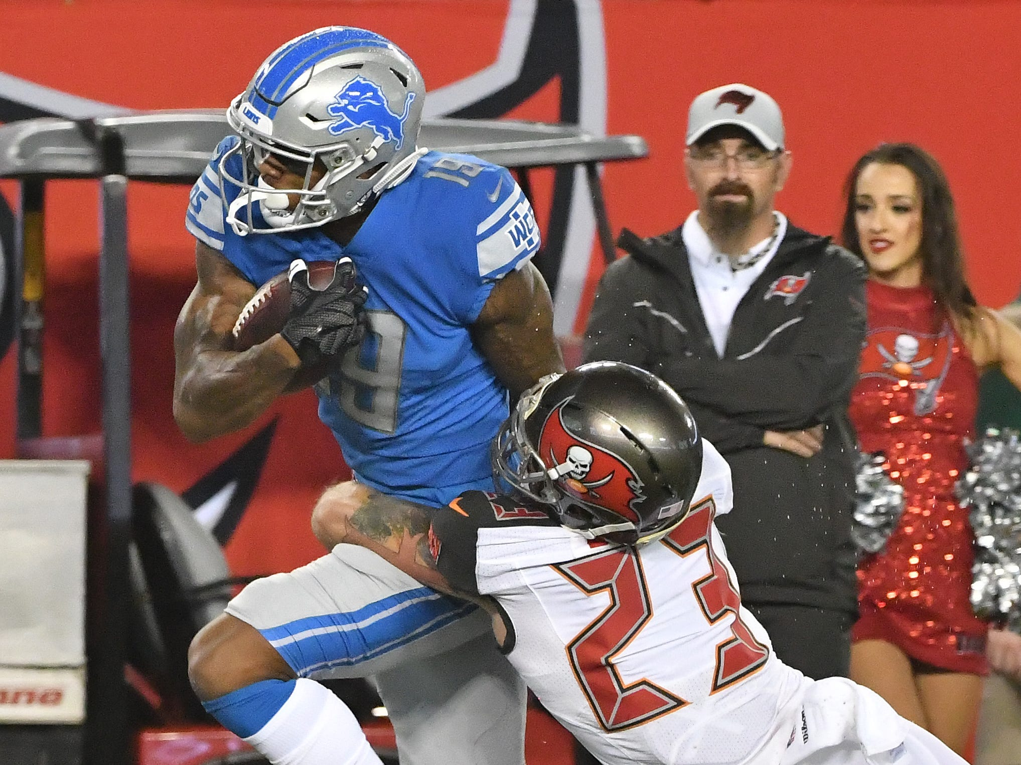 Lions Kenny Golladay pulls in a reception along the sidelines with Buccaneers Chris Conte defending in the first quarter.