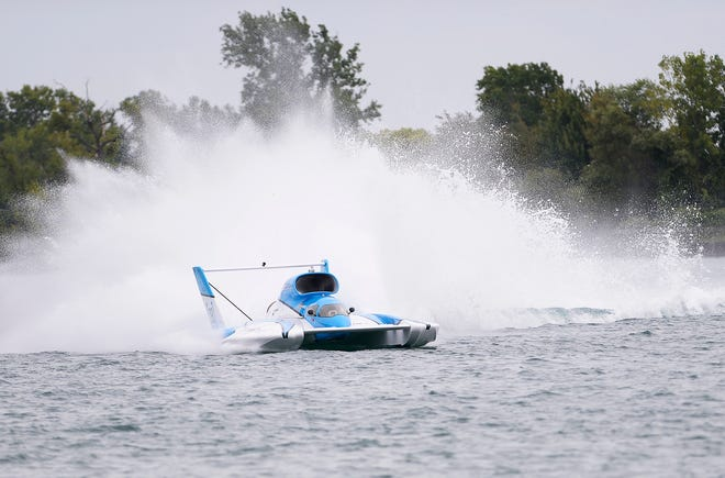 Reigning APBA Gold Cup winner Jimmy Shane of the Miss HomeStreet team makes Roostertail turn during his test run on Friday.