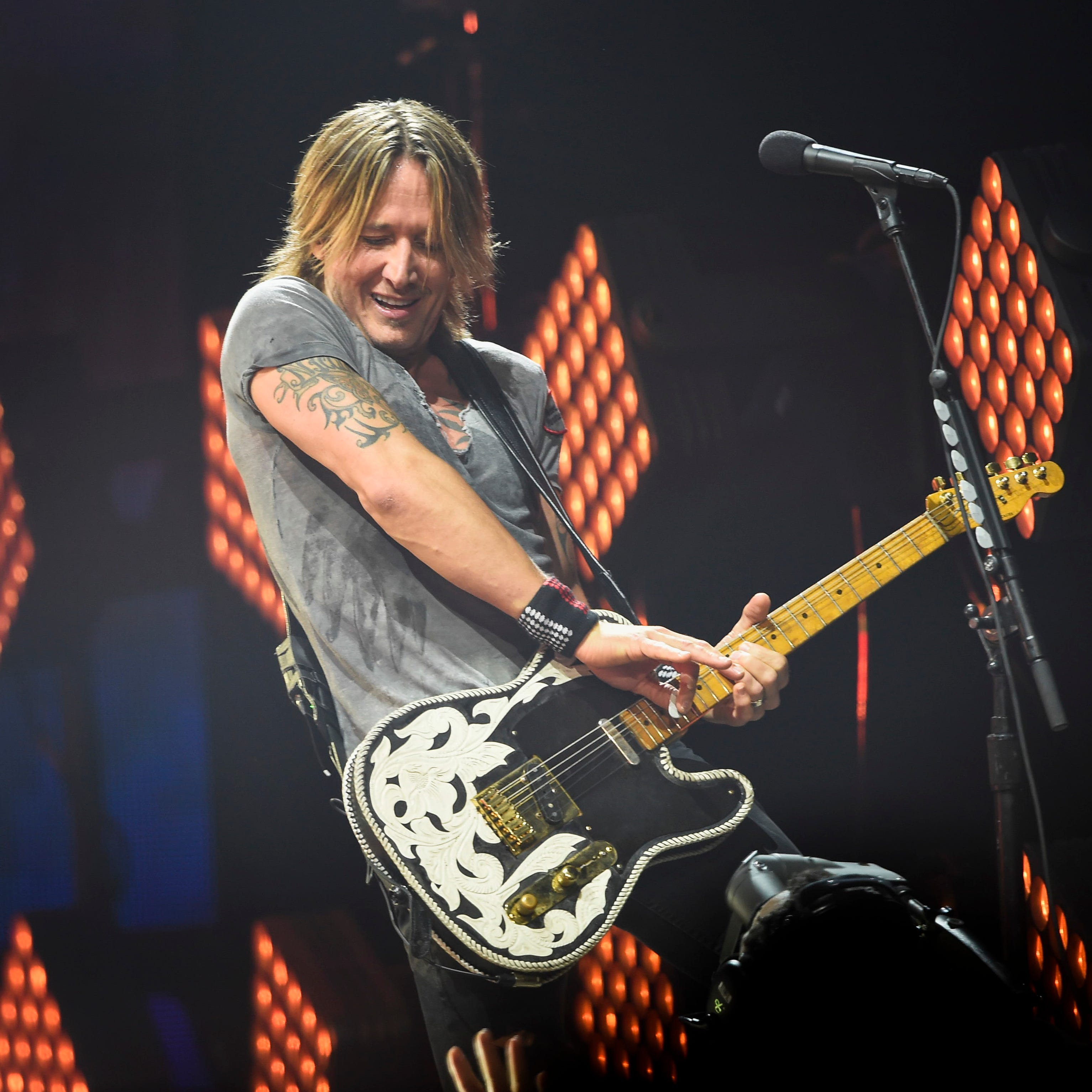 Country music star Keith Urban sings to gravely ill fan before Ohio concert