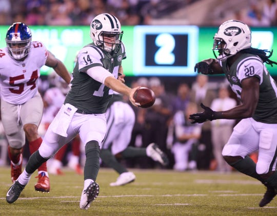 Giants vs. Jets preseason game at MetLife Stadium in East Rutherford on Friday, August 24, 2018. J #14 QB Sam Darnold hands off to J #20 Isaiah Crowell in the first quarter.