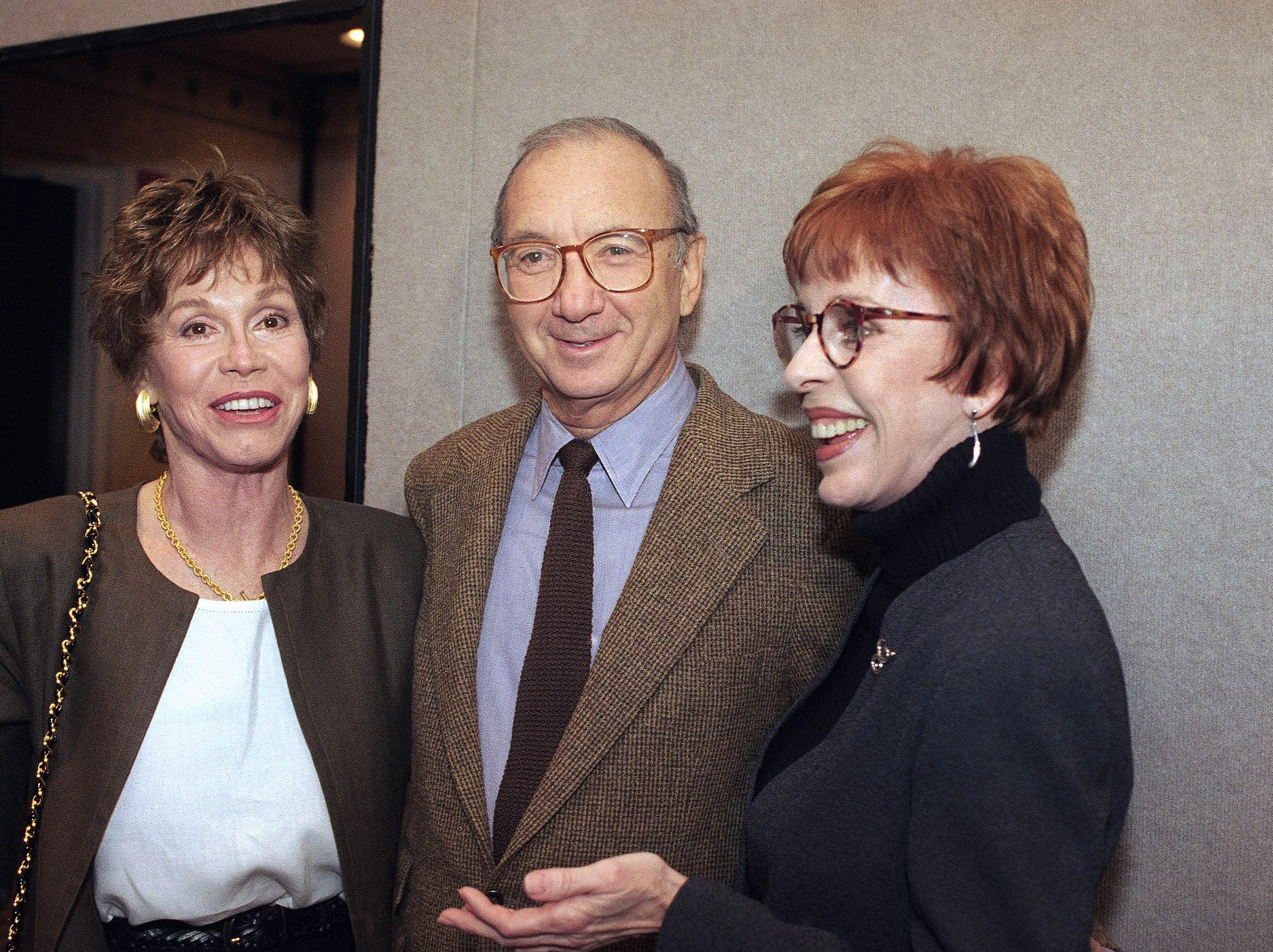 Playwright Neil Simon, center poses with Actress Mary Tyler Moore, left and Carol Burnett, May 1994 in New York. (AP Photo)