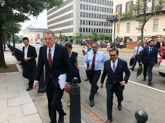 U.S. Trade Representative Robert Lighthizer, front left, and Mexican Secretary of Economy Idelfonso Guajardo, front right, walk to the White House on Monday August 27, 2018.