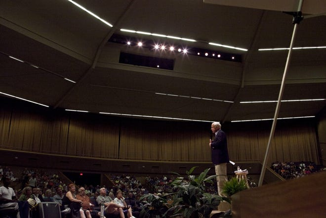 Hundreds of Arizonians came to listen to Senator John McCain during the  town hall meeting at North Phoenix Baptist Church, Aug. 26, 2009.