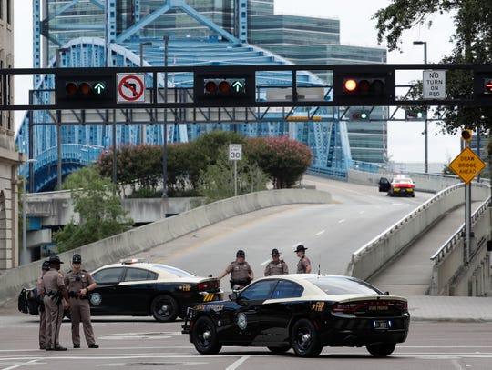 Un hombre se puso a disparar el domingo durante un torneo de un videojuego que estaba siendo transmitido en vivo desde un centro comercial en la ciudad de Jacksonville, dejando dos muertos y varios heridos antes de suicidarse, informaron las autoridades.