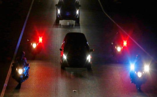 La carroza que transporta el cuerpo del Sen. John McCain recorre la auopista I-17 de Phoenix, AZ.