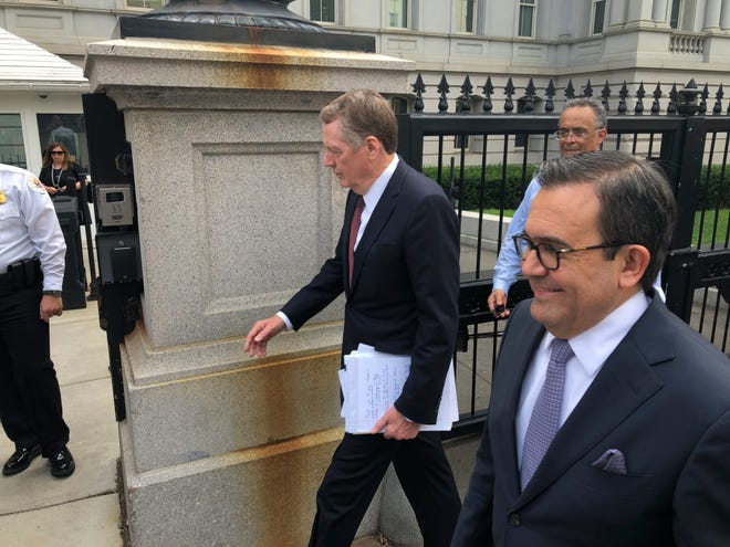 U.S. Trade Representative Robert Lighthizer, left, and Mexican Secretary of Economy Idelfonso Guajardo, right, walk into the White House on Aug. 27, 2018.