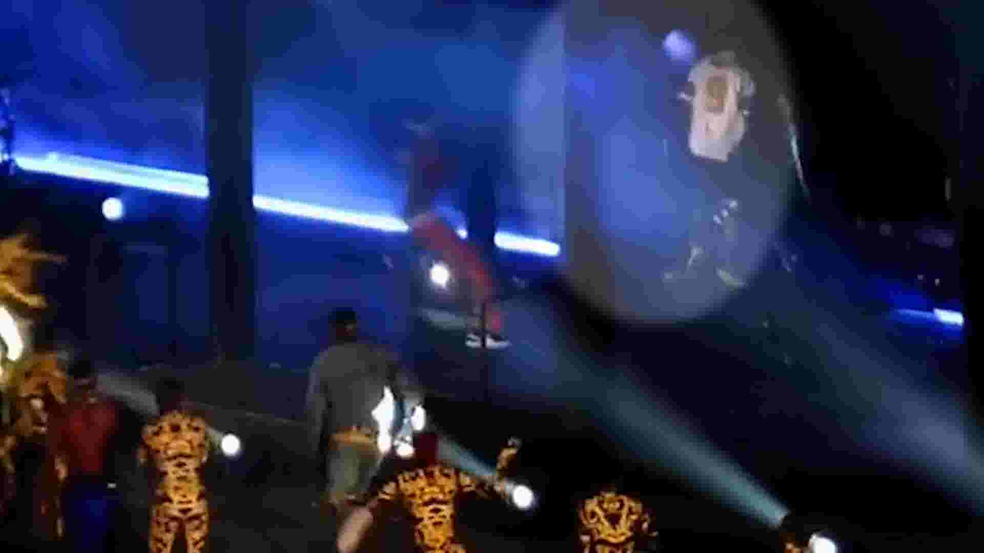 fan rushes stage at beyonce jay z concert