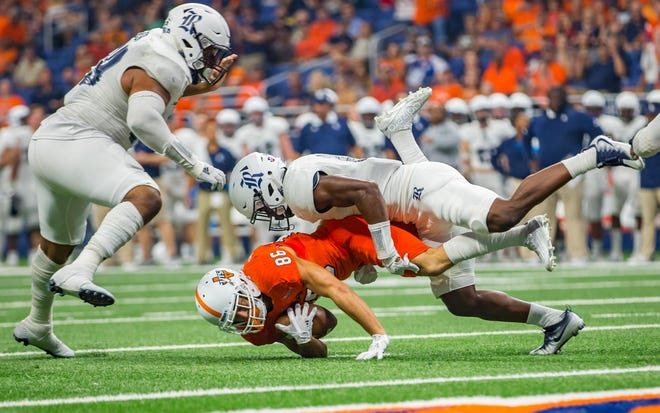 Rice Owls safety J.T. Ibe (17) brings down UTSA Roadrunners wide receiver Brady Jones (86) in this 2017 photo. Ibe, a graduate transfer, is listed as in South Carolina's starting lineup at safety