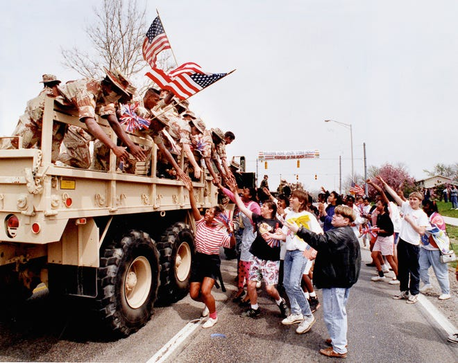 Soldiers returning from the United States' first war in Iraq were met with appreciative cheers from  students in Indiana.