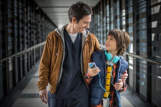 """Mauricio Ochmann y Emiliano Aramayo en una escena de """"Ya Veremos"""" que se estrena en Estados Unidos el 31 de agosto de 2018."""