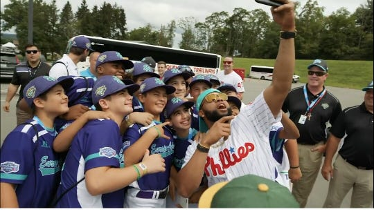 Phillies first baseman Carlos Santana poses with the Catalunya team at the Little League World Series.